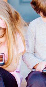 Deux enfants sur des téléphones portables