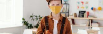 garçon portant un masque à l'école